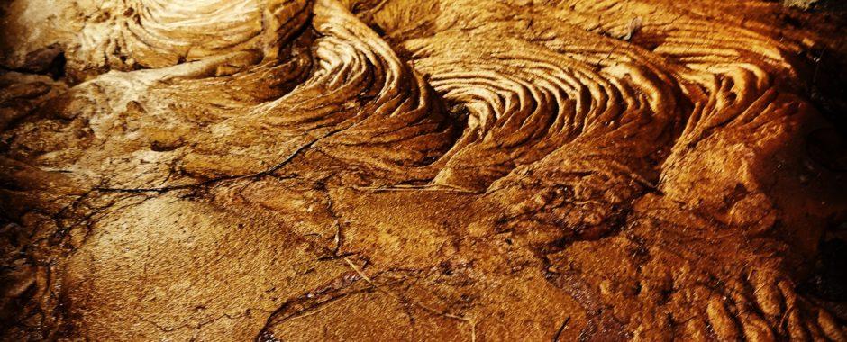 Coulée de lave du Volcan refroidie, tunnel de lave.